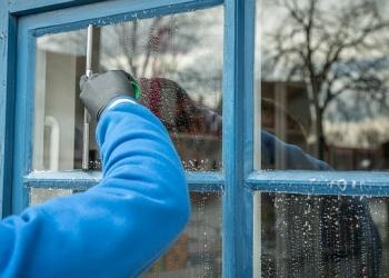 Arbeiter putzt Fenster